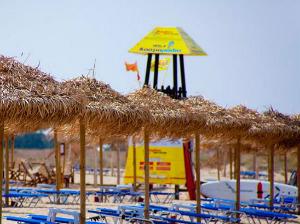 Na plaži postoji spasilačka služba