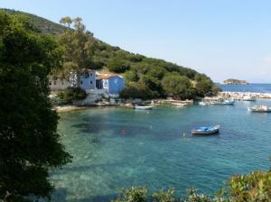 Zaliv i plaža ispod sela
