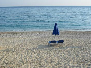Plaža ispod sela je peščano-šljunkovita