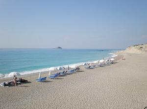 Ležaljke i suncobrani na plaži