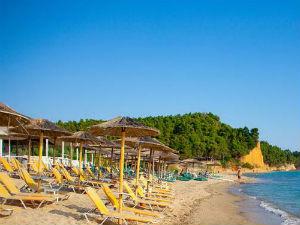 Kipsa je predivna plaža okružena zelenilom