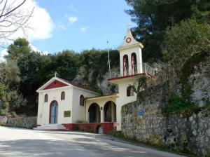 Crkva na brdu iznad letovališta Lasi
