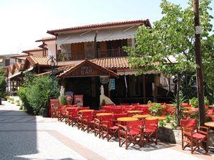 Grad ima puno taverni, restorana i barova
