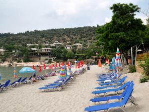 Zapadna plaža je peščana, lepša i sa većom gužvom nego istočna