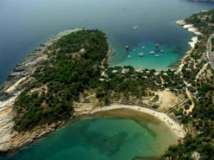Na poluostrvu Aliki postoje dve plaže