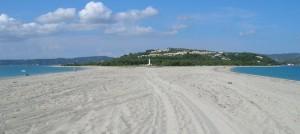 Plaža Posidi sa svetionikom koji je obeležje ovog mesta na zapadnoj obali