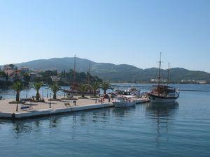 Iz pristaništa redovno idu brodići ka Porto Karasu i plaži