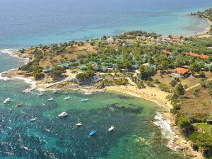 Pogled na plažu i istoimeni kamp