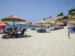 Na plaži postoje ležaljke i suncobrani