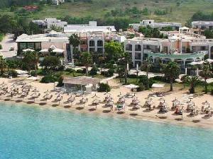 Plaža je poznata i pod nazivom Ilio Mare, po hotelu koji se nalazi na samoj obali