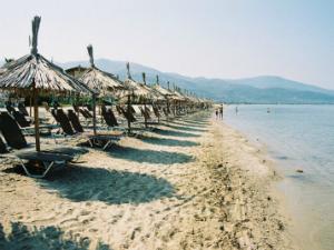 Plaža je peščana i ima ležaljke i suncobrane