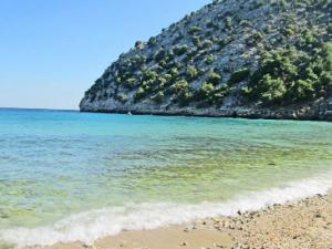 Prelepo more i blizini manastira Arhangela Mihaila čine ovu plažu must-visit mestom