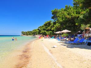 Plaža je peščana i opremljena ležaljkama i suncobranima