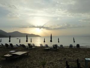 Plaža je potpuno organizovana, sa ležaljkama, suncobranima i brojnim barovima