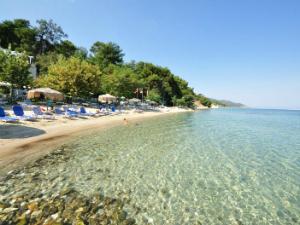 Na plaži postoje ležaljke i suncobrani, a ima i prirodne hladovine