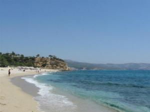 Iza stene na levom kraju se krije još jedna plažica