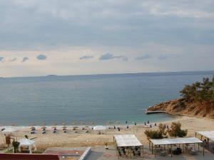 Na plaži postoje ležaljke i suncobrani kao i nekoliko mesta gde možete popiti piće