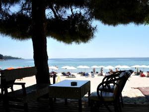 Duž plaže postoji dosta taverni i barova