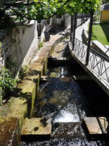 Postoji mnogo izvora i potočića koji izviru na planini Ipsarion sa koje se spuštaju i teku kroz selo kanalima.
