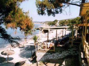 Duž plaže ćete pronaći mnogo taverni i barova