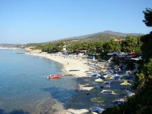 U mestu postoje dve plaže odvojene šumovitim rtom