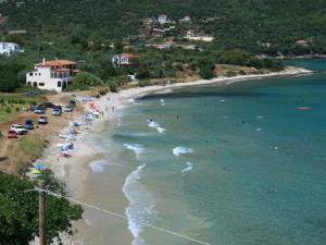Plaža u selu je dugačka, peščano-šljunkovita