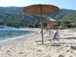 Na plaži postoje ležaljke, suncobrani i kantina