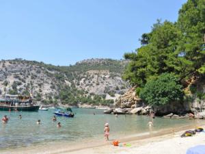 Na plaži uglavnom nema gužve mada je posećuju izletnički brodići