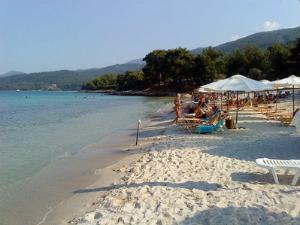 Glikadi je peščana plaža sa ležaljkama, suncobranima, barom i mrežom za odbojku.
