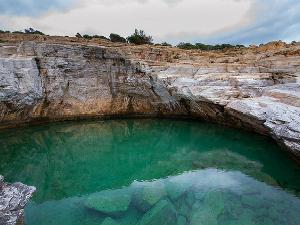 Skakanje sa stena je jedan od razloga zašto se dolazi do ove prirodne lagune