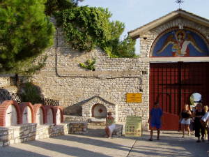 Hiljade hodočasnika svake godine poseti manastir zbog izvora svete vode koja ima isceliteljske moći.