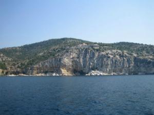Manastir se nalazi na litici visokoj oko 250 metara