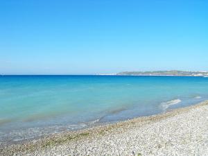 Plaža je šljunkovita i stalno duva vetar