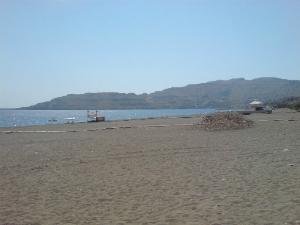 Plaža je udaljena od sela nekih 15-ak minuta pešaka