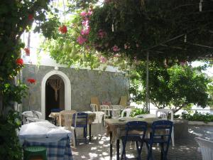 Kao i u svakom selu na Rodosu i ovde je kafica u lokalnoj taverni obavezna.
