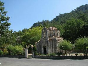 U blizini sela se nalazi jedna od najznačajnijih vizantijskih crkava na ostrvu, Agios Nikolaos Funtukli koja datira iz 15. veka
