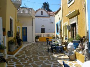Selo je karakteristično po šarenim kućama