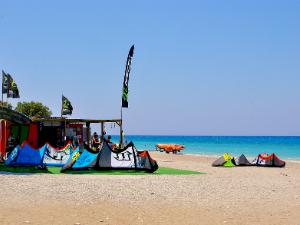 Skoro cela zapadna obala je omiljena među ljubiteljima sportova na vodi