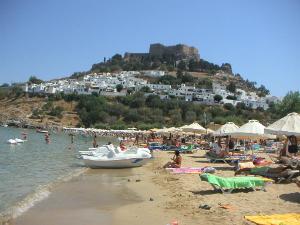 Glavna plaža se nalazi tačno ispod naselja i Akropolja