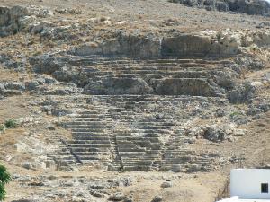 Ruševine starog antičkog pozorišta isklesanog u steni se nalaze na padini Akropolja