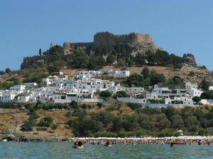 Pogled na plažu, grad i Akropolj