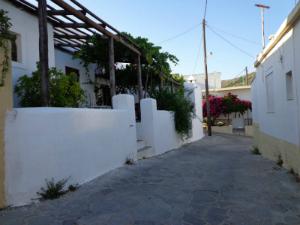 Selo je karakteristično po uskim ulicama