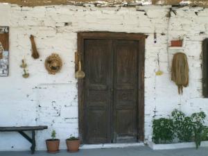 Stara kamena kuća u selu Apolona