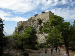 Ruševine istoimenog utvrđenja se nalaze nadomak sela