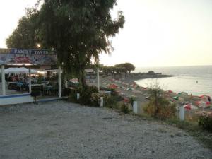 Duž obale ima mnogo taverni, a odmah pored luke je i mala šljunkovita plaža.