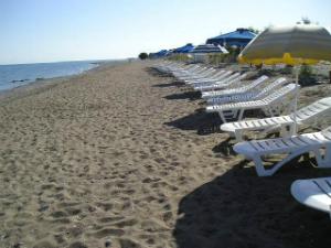 Teologos je kraj plaže dugačke oko 10 km koja počinje u mestu Kremasti