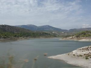Veštačko jezero Apolakia se nalazi na 2 km od sela