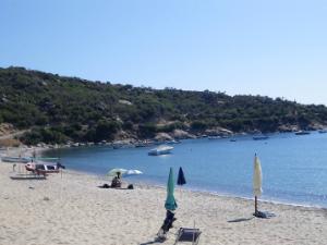 Na plaži postoji kamp, ali je dosta lošiji i slabije organizovan od većine drugih na Sitoniji