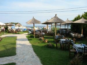 Duž plaže postoji nekoliko taverni