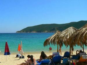 Plaža je u jednom delu organizovana, ali ima i mesta za one koji ne žele ležaljke i suncobrane